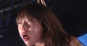 藍花という首絞めフェチ女優が魅せる首吊り窒息鞭打ち拷問動画で失禁する痴態