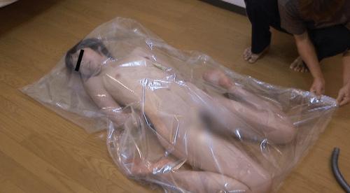人間真空パックプレイで呼吸制御、窒息して失神する女。心肺停止状態のAV動画