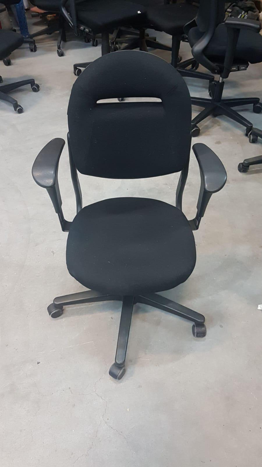 Ahrend 220 Bureaustoel Zwart.Outlet Opruiming Bredewijn Kantoormeubelen