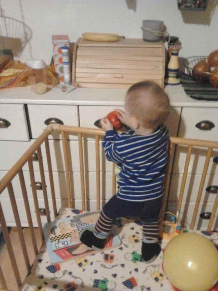 Baby in der Küche