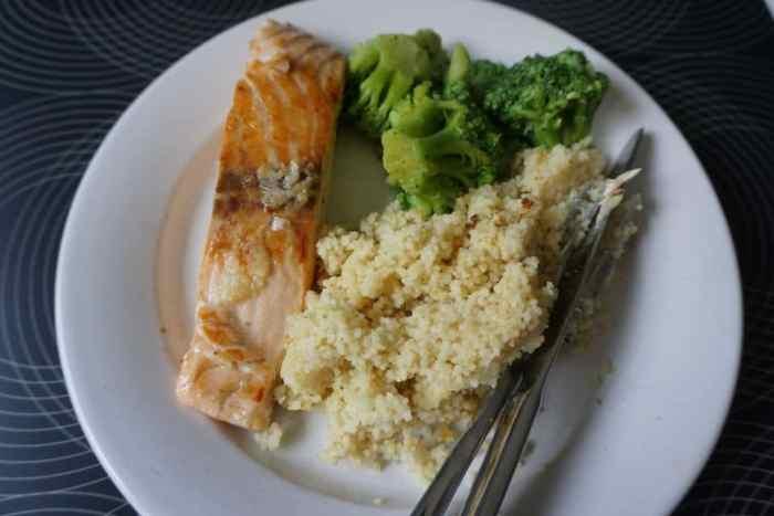Mittagessen: Lachs mit Brokkoli und Couscous