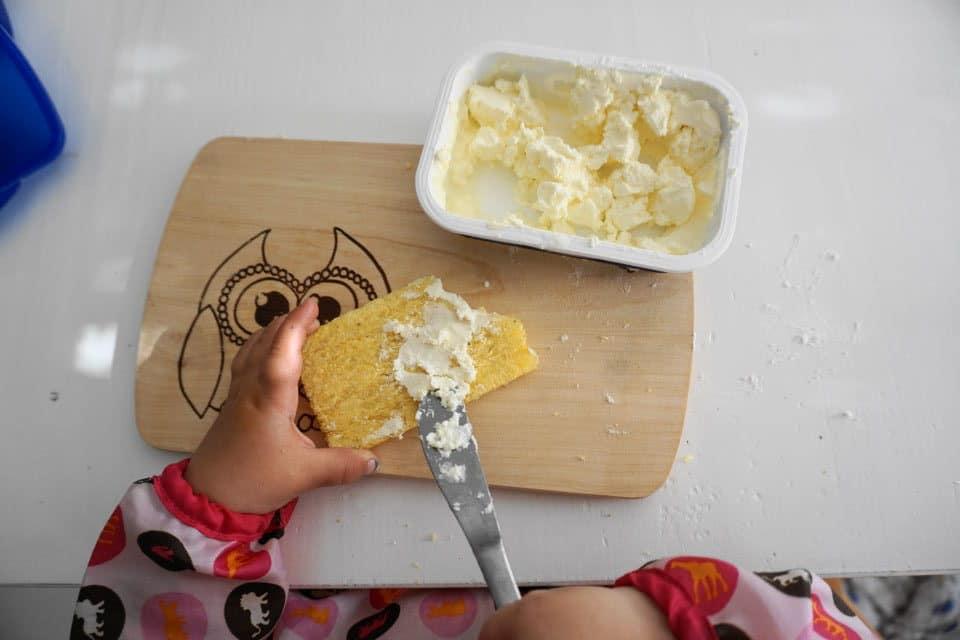 babygeleitete Beikost - Kind mit Käsebrot