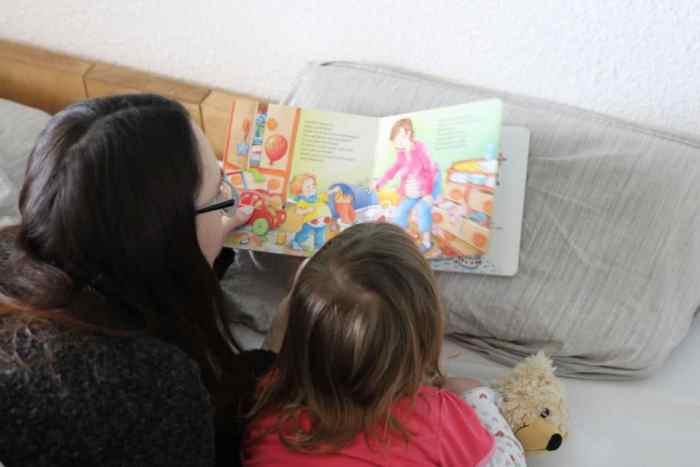 """Mama und Tochter lesen """"Wir sind jetzt vier"""" - ein Buch über Schwangerschaft und Geschwister Kinder im neuen großen Familienbett - bedürfnisorientiertes Familienleben"""