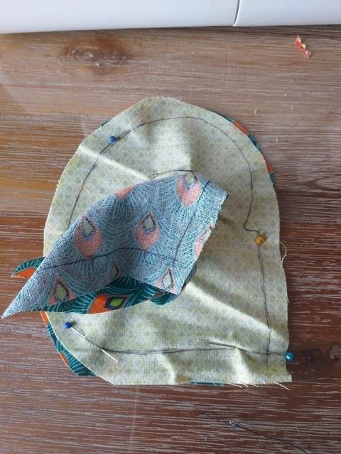 Faites ressortir la partie latérale du corps par le trou puis placez la deuxième partie de cuisse correspondante endroit contre endroit