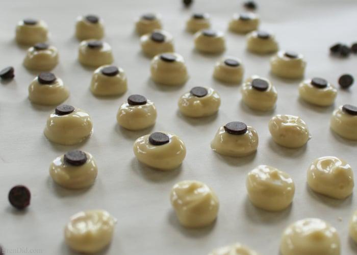 Easy Edible Chocolate Eyeballs - Delightful & tasty edible candy eyeballs made with white chocolate, mini chocolate chips and Cheerios dress up any treat.