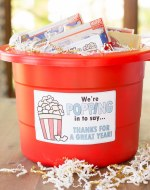 The end of school year is approaching! Tell your teacher thank you with this easy teacher appreciation gift and free printable gift tag featuring a fun popcorn puns: for a very popular teacher, we're popping with appreciation, and popped in to say thanks. Great idea for teacher appreciation week or end of year teacher gifts. DIY Teacher Gifts, Simple Teacher Appreciation Gift, Teacher Appreciation Gift Ideas.