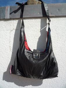 Brennender Schuh - schwarz-bunte Zirkustasche Strange-Adventure Rückseite Reißverschlussfach