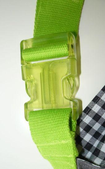 Brennender Schuh - transparent-grüne Steckschnalle am Gurtband