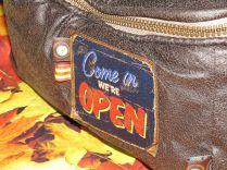 Brennender Schuh - Come in we're open - Aufnäher mit Webbändern Fototasche, Kameratasche