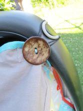 Befestigung am Griff der Babyschale, brauner Knopf, Sonnenschutz beige Fuchs-Motiv, Babyschalengestell, genäht