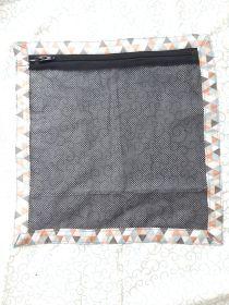innenfach-aus-mesh-mit-reissverschluss-im-turnbeutel-rucksack-genaeht