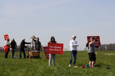 """Ganze Familien protestieren mit Trommeln, Glocken, Trillerpfeifen und """"Tröten"""" gegen den Brenner-Nordzulauf. Quelle: Brennerdialog"""