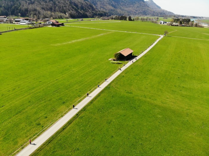 Auch im Inntal bei Niederaudorf bilden die Menschen eine Kette, um gegen den Brenner-Nordzulauf zu protestieren. Quelle: Brennerdialog