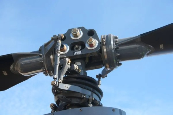 Helicopter rotor hub for a training helicopter