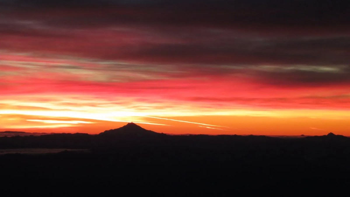 Sunrise over the Oregon Cascades