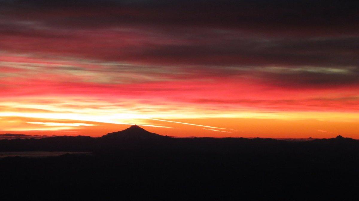 Sunrise over the Oregon Cascades