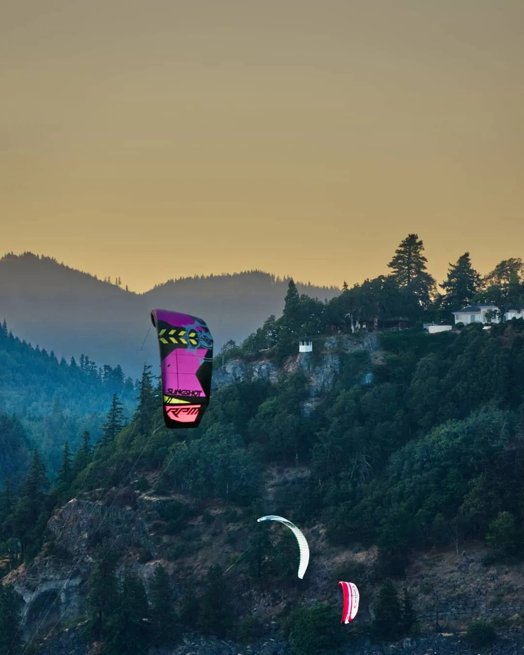 Kite sailors at Hood River (credit: Jamison Logan)