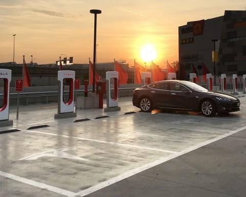 Tesla supercharger - immagine da ufficio stampa www.bsnews.it