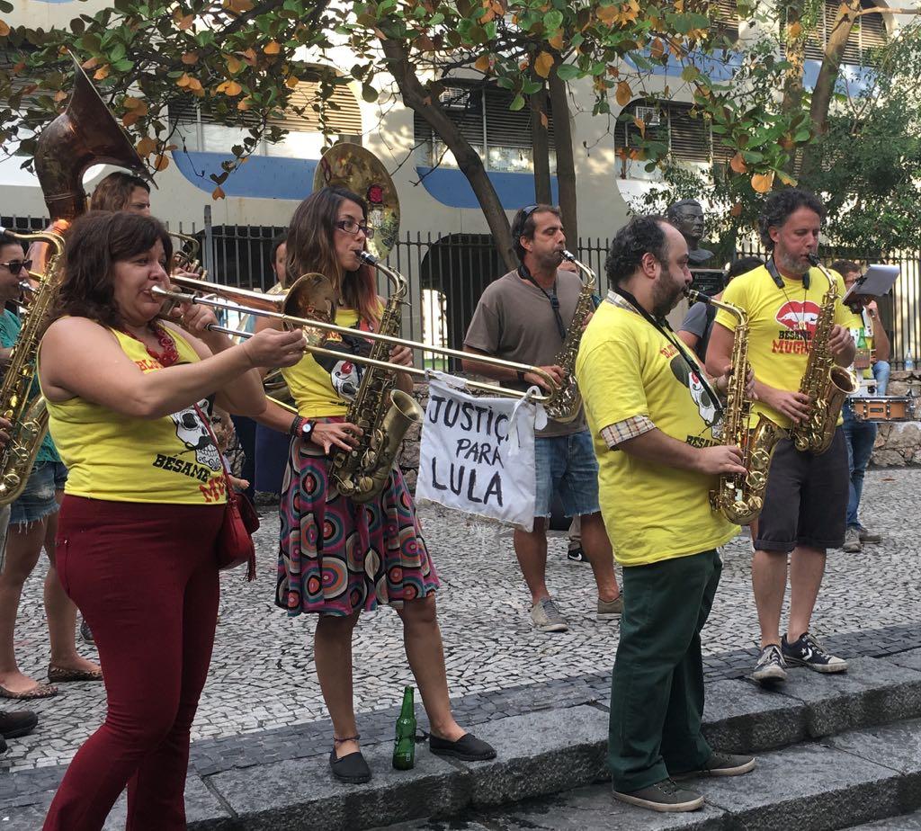 RENCONTRE D UN BLOCO DE CARNAVAL PENDANT UNE VISITE DE RIO