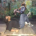 Moment détente devant un graffiti de Lapa
