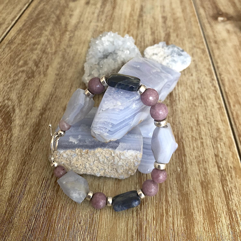 peace_blue_lace_agate_lepidolite_dumortierite_gemstone-bracelet_02.min