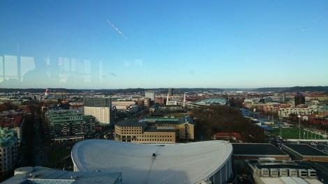 Im Vordergrund das Dach des Scandinaviums, wo Rockkonserte und Eiskunstlaufweltmeisterschaften stattfinden. Im Hintergrund Ullevi, das Fußballstadion.
