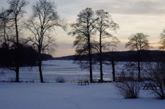 Blick auf den zugefrorenen See Tolken mit obligatorischer Picknickbank