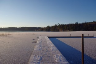 Hier feiern wir sonst Mittsommer. Es geht hier recht steil ins Wasser und wegen der Wasserflecken rund um den Steg haben wir uns nicht aufs Eis getraut.