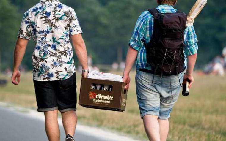 two man carry beer crate