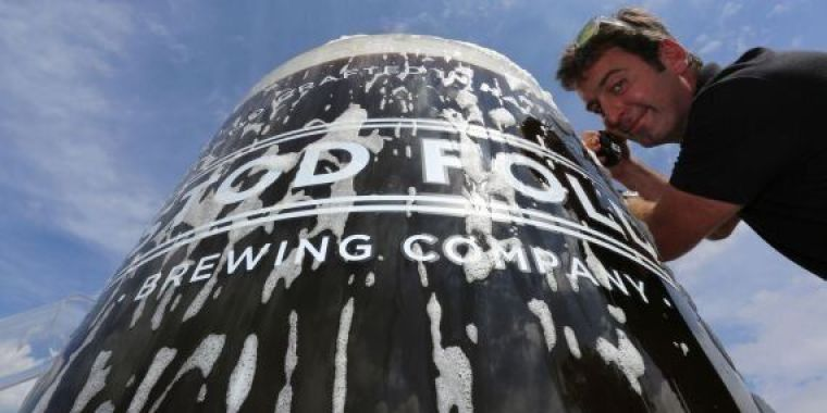 Pouring of the largest beer glass by the Guinness world records.