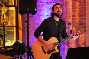 IMG_0328_open mic night_host Bobby Lee Magyarosi_Brewery Becker