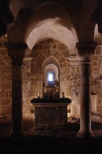 Krypta w kościele w Le Dorat z relikwiami świętych Izraela i Teobalda