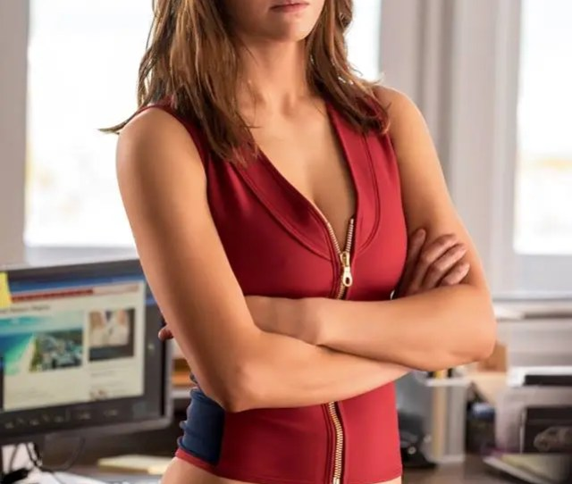 Alexandra Daddario First Caught Our Eye In Hbos True Detective Now Shes Starring In Baywatch At Last She Makes Her Be Sports Debut