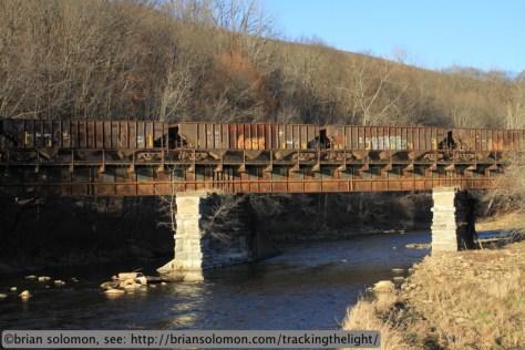 B&M_hoppers_EDRJ_North_Adams_Hoosic_River_bridge_IMG_3890
