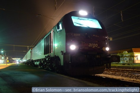 Takargo Vossloh E4000 diesel rumbles in the sodium vapor gloom of Entrocamento. Lumix LX3 photo.