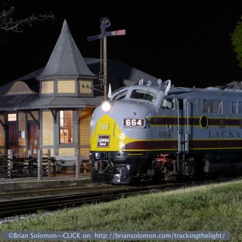 DL&W_F3_664_Square_w_headlight_w_station_and_semaphore_P1030835