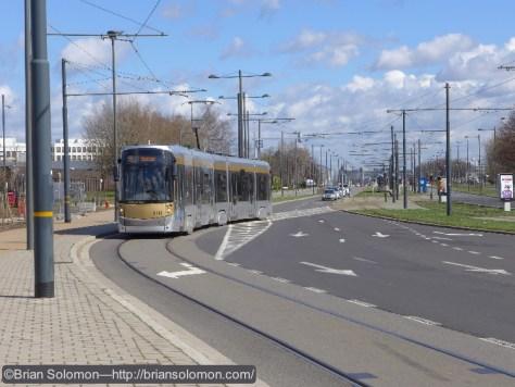 STIB_55_Tram_crossing_dual_carriageway_DeVinci_Brussels_P1180958