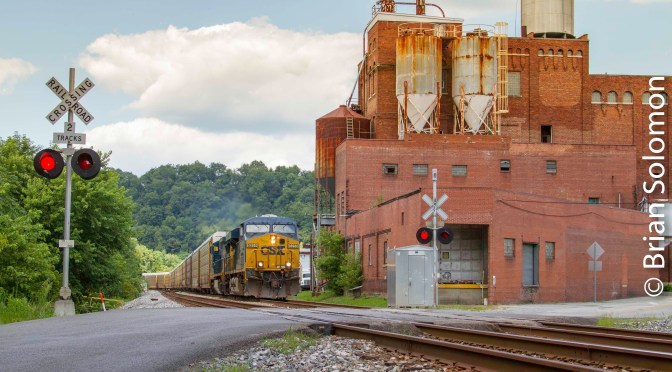 CSX at Smithton, Pennsylvania: JPG versus RAW.