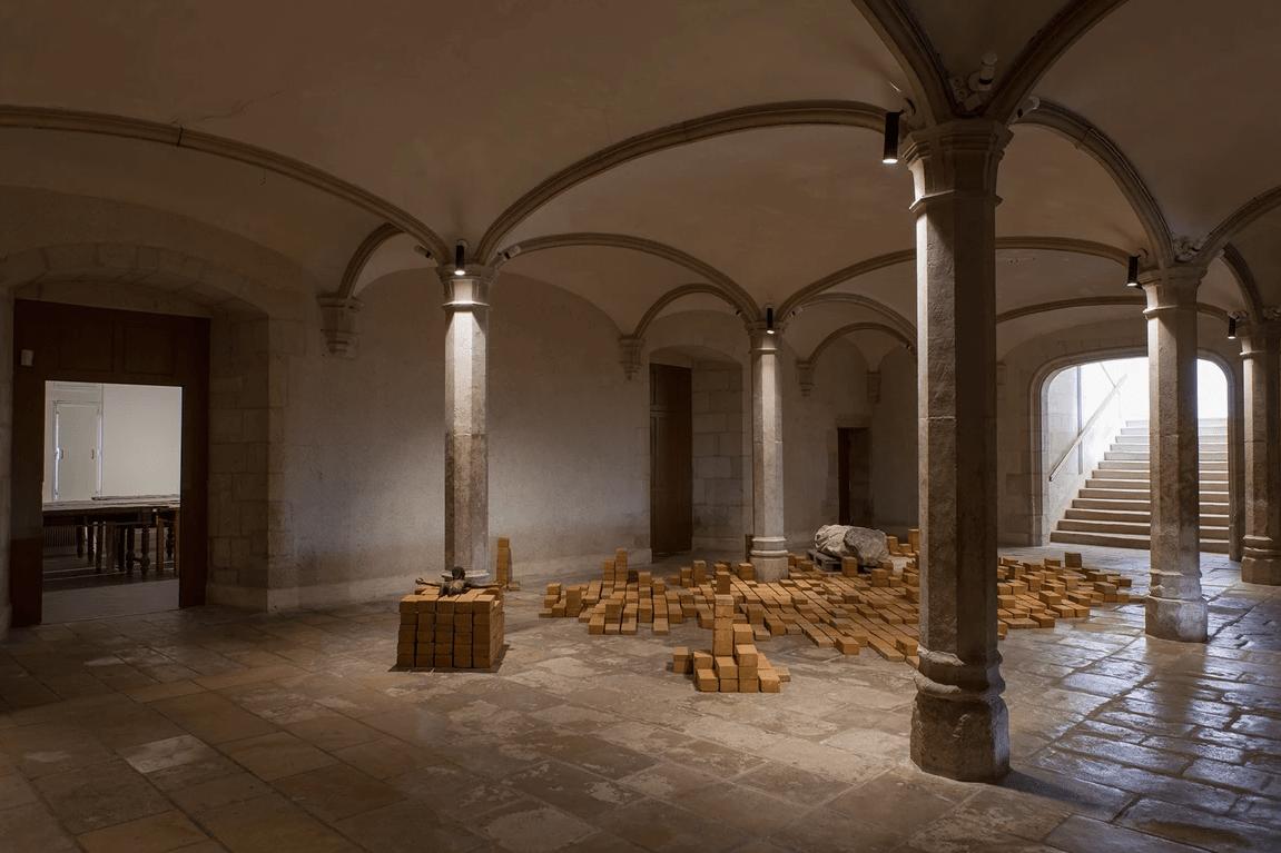 Installation de l'artiste Ali Cherri réalisée avec des briques en terre crue Bricabloc