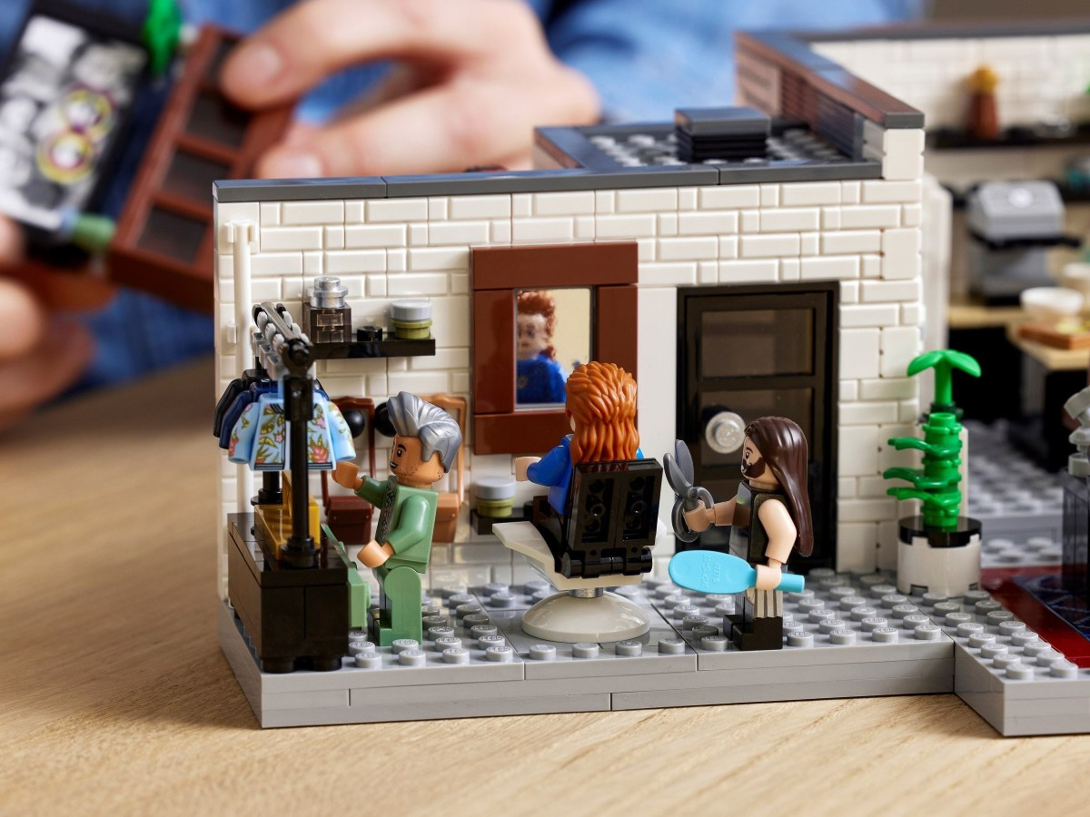 LEGO Queer Eye – Fab 5 Lot (10291) Has a Difference Between Box Picture and Printed Instructions that May Confuse Casual Builders
