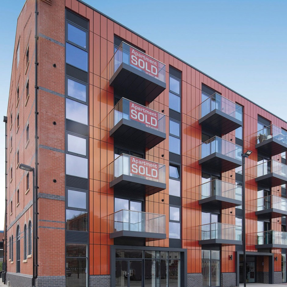 Provender is a new residential development at Bakers Quay in Gloucester, which benefits from a host of appealing features, including a large private lobby, an on-site cafe and restaurant, and a custom balcony solution from Levolux.