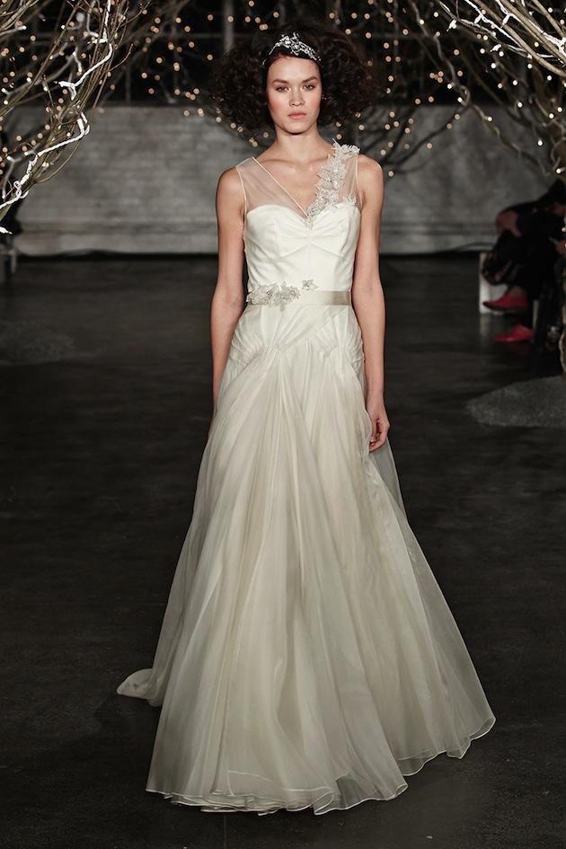 vestido de noiva com fita de cetim e tule