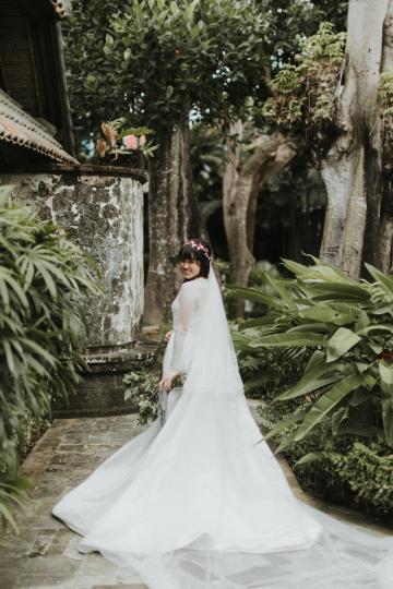 Modern & Hip Bali Wedding Featuring Sparklers & Flower Crowns | Iluminen Photography 37