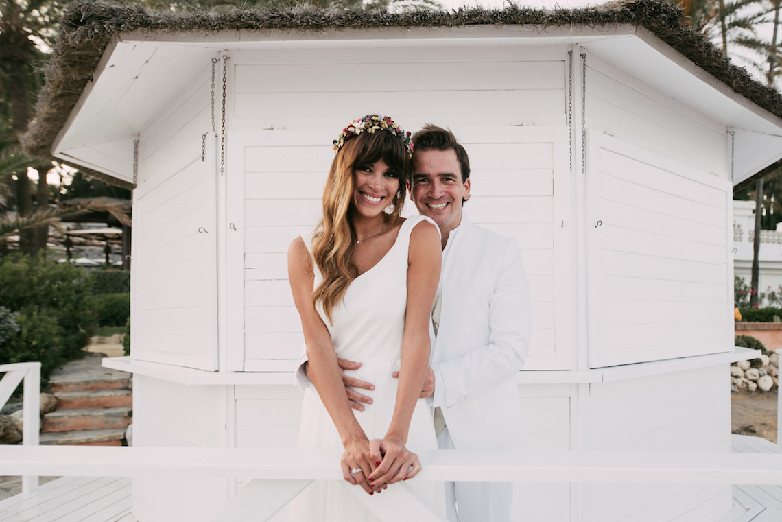 Relaxed All-White Spanish Beach Wedding With Seriously Glamorous Bridal Beauty Style | Sara Lobla Photography 15