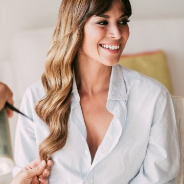 Relaxed All-White Spanish Beach Wedding With Seriously Glamorous Bridal Beauty Style | Sara Lobla Photography 24