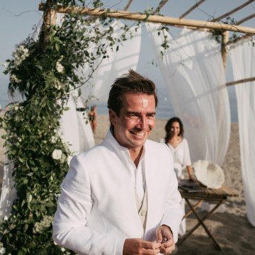 Relaxed All-White Spanish Beach Wedding With Seriously Glamorous Bridal Beauty Style | Sara Lobla Photography 33
