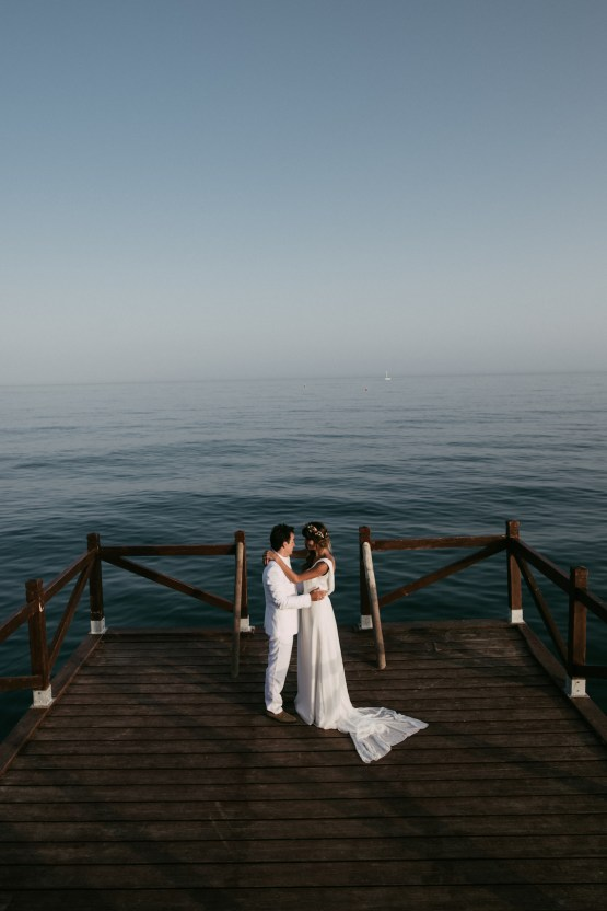 Relaxed All-White Spanish Beach Wedding With Seriously Glamorous Bridal Beauty Style | Sara Lobla Photography 40