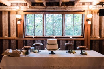 Rustic Barn Wedding Filled With Greenery | Deyla Huss Photography 7