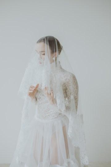 White and Taupe Minimalistic Wedding Inspiration – Vanessa Illi 38
