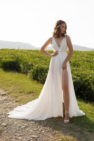 Feminine Simple Minimalistic Wedding Dresses by Mila Bridal 2020 2021 – Bridal Musings 11